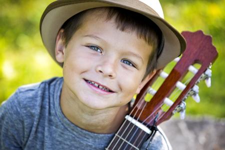Cuacasian Junge mit Gitarre in den Park, im Freien Standard-Bild - 48180491