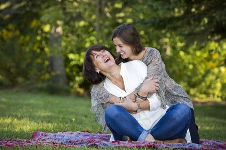 mama e hija: caucásica madre e hija juntos en el parque