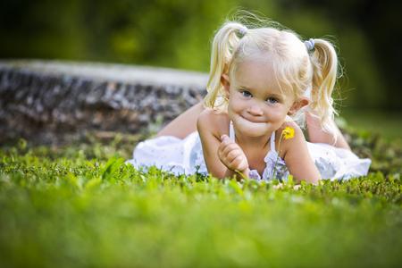 petite fille avec robe: caucasien, girl, souriant et jouant dans le parc