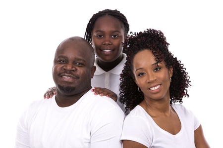 niños negros: familia de joven negro informal sobre fondo blanco aislado