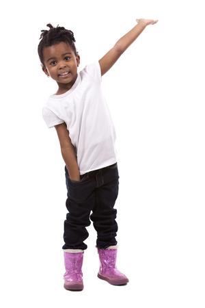 Beiläufiges schwarzes Mädchen, das auf weißem Studiohintergrund aufwirft Standard-Bild - 49698486