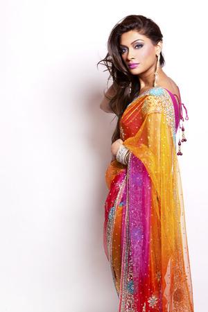 bella donna che indossa il vestito tradizionale indiano su sfondo bianco
