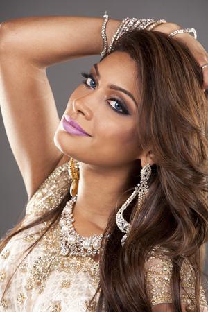 fille indienne: belle femme portant costume traditionnel indien sur fond gris
