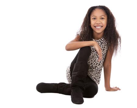 niño modelo: niña bonita étnica en el fondo blanco aislado
