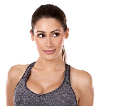 mooie blanke fitness vrouw op witte achtergrond geïsoleerd