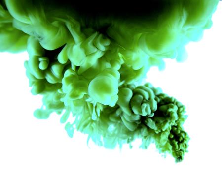 liquido: purople tinta arte abstracto en el fondo blanco aislado