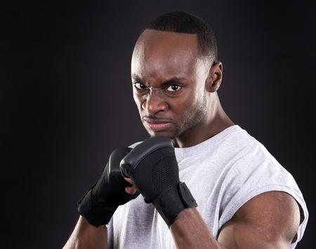 pelea: j�venes de combate con guantes negros sobre fondo oscuro