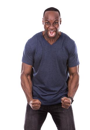 personas enojadas: joven negro casual con camiseta azul sobre fondo blanco