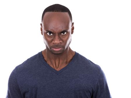 persona enojada: joven negro casual con camiseta azul sobre fondo blanco