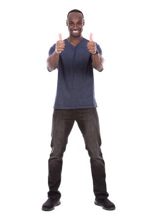 jóvenes excitados Hombre negro ocasional que da los pulgares para arriba en el fondo blanco