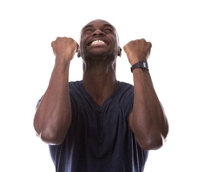 Jonge enthousiaste casual zwarte man opgewonden op een witte achtergrond