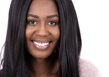mujeres negras: negro mujer joven que llevaba swether luz sobre fondo blanco