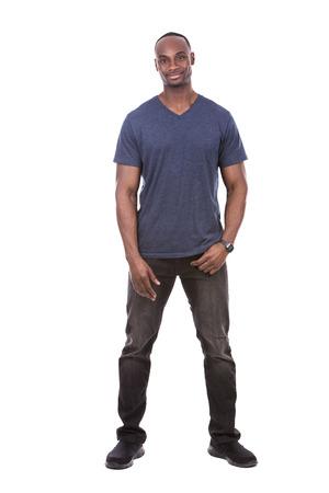 Casual junge schwarze Mann blauen T-Shirt auf weißem Hintergrund trägt