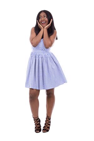 modelos negras: mujer joven negro con un vestido azul sobre fondo blanco