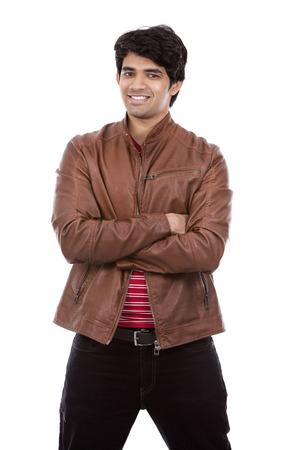 uomo rosso: bel uomo indiano orientale indossa la camicia rossa su sfondo bianco isolato