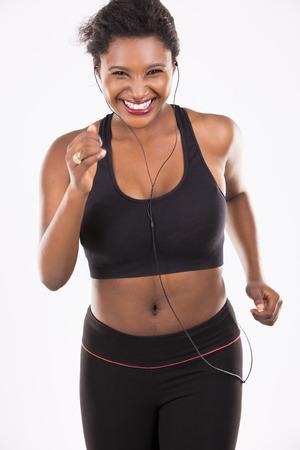 modelos negras: mujer joven negro que desgasta el equipo de la aptitud en el fondo blanco aislado