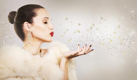 Upscale vrouw die gouden juwelen en rode lippenstift op lichte achtergrond Stockfoto