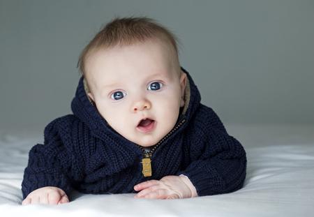 bebé boyl está planteando llevar traje azul oscuro