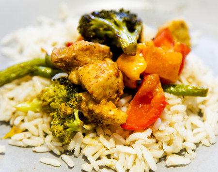 dairy free, gluten free, anti-inflammatory pan with chicken and vegetables, healthy light lunch with goat marble cheese and brown rice Standard-Bild