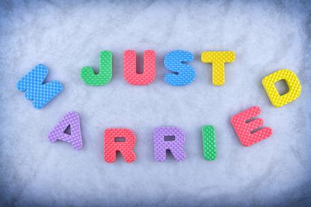recien casados: Sólo tienes que registrarte casado hecha de alfabeto Foto de archivo