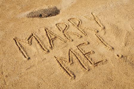 vacaciones en la playa: Las palabras me casará escrito en la arena en la playa