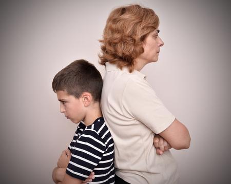 怒った母親と息子は互いに背を向けて