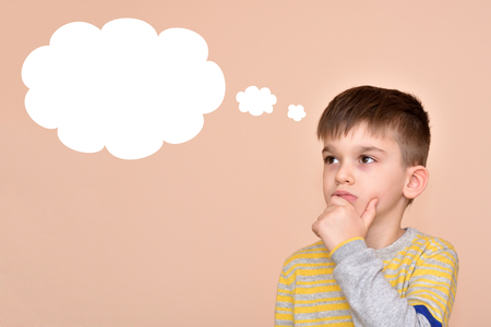 Réfléchi jeune garçon avec une bulle de pensée vide