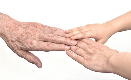 Mains de trois générations - vieil homme, femme et enfant