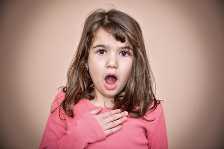 Porträt eines überraschten jungen Mädchens