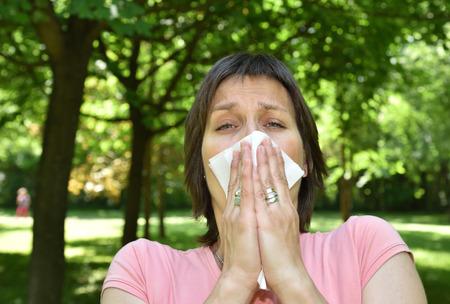 alergenos: Mujer, alergia, síntoma, estornudar, tejido Foto de archivo