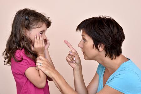 Mãe irritada repreendendo uma filha assustada Foto de archivo - 83732781