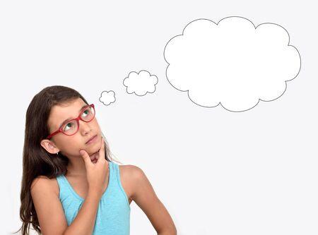 Nadenkend jong meisje met een bril met een lege gedachte-bubbel