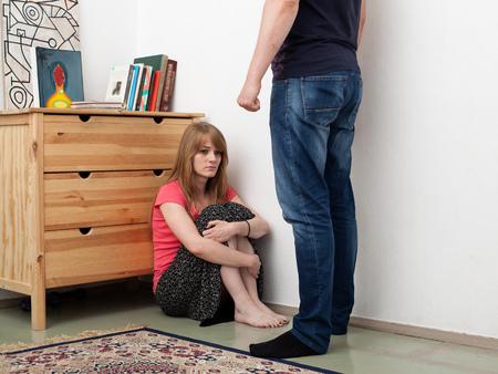 violencia: un hombre amenazan a una mujer, la familia disfuncional Foto de archivo
