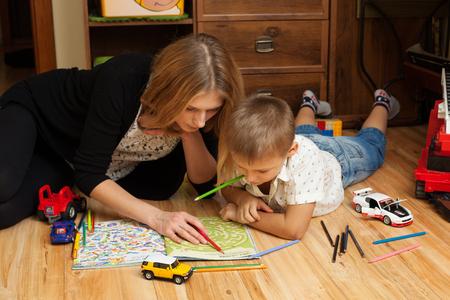 l'éducation et de l'éducation - mère et le fils jouent sur le sol dans la chambre