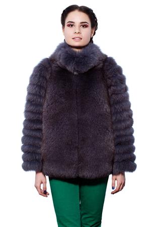 manteau de fourrure: Mode. Jeune femme brune dans un manteau violet en fourrure de renard arctique et un pantalon vert isol� sur fond blanc