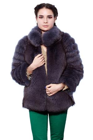 manteau de fourrure: Jeune femme brune en blouse violette en fourrure de renard arctique, isol� sur fond blanc