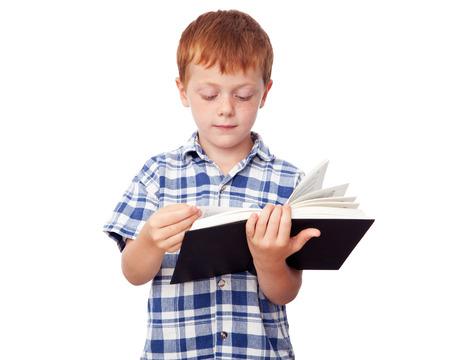 diligente: Niño pequeño estudiosa de leer un libro, aislado en fondo blanco