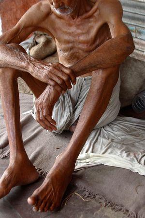 gente pobre: muy delgado y pobre hombre en la calle