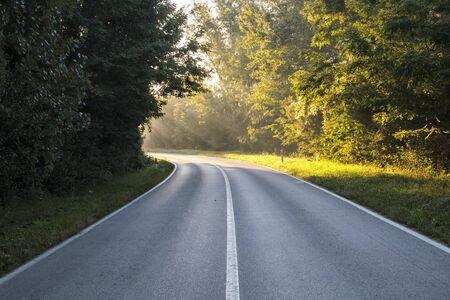 La carretera, que en la curva está iluminada por la luz del sol. Representaba inspiración, apariciones de Dios, iluminación. Foto de archivo