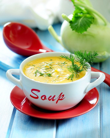 Sopa de crema de colinabo. Foto de archivo