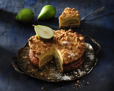 ココナッツクランブルの梨のチーズケーキ。 写真素材 - 97302725