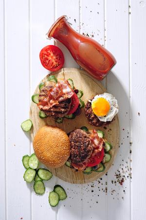 Grilled steaks and burgers. Foto de archivo - 97375938