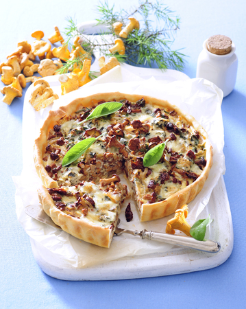 Summer chanterelle tart with savory short - crust pastry. 写真素材