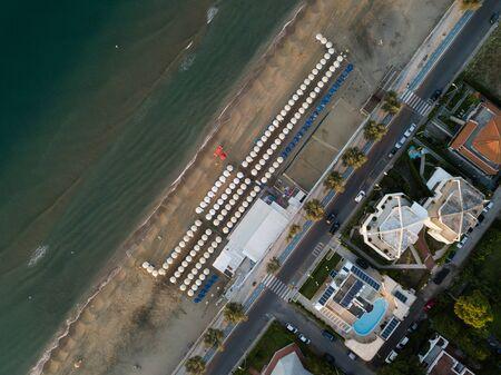 Blick von oben auf eine Küstenstadt mit Strand und Sonnenschirmen. Terracina, Provinz Latina, Region Latium, Italien