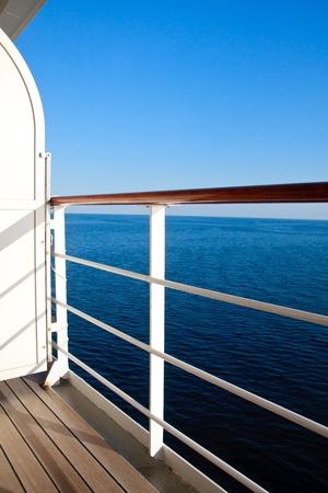 baranda para balcon: Crucero lujoso barco balcón vista mar azul Foto de archivo