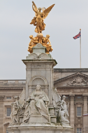 summer palace: Victoria Monument on Buckingham Palace roundabout in London, England  Stock Photo