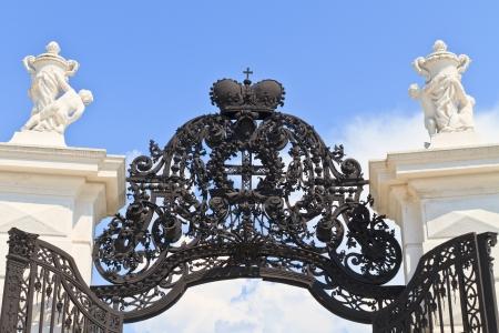 rejas de hierro: Negro barroco puerta de hierro azul cielo Foto de archivo