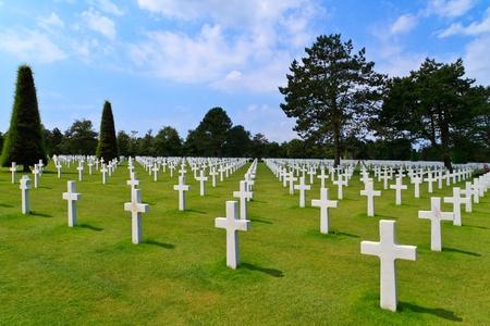 memorial cross: Americano cementerio de la guerra cerca de la playa de Omaha, en Normandía (Colleville-sur-Mer) Foto de archivo