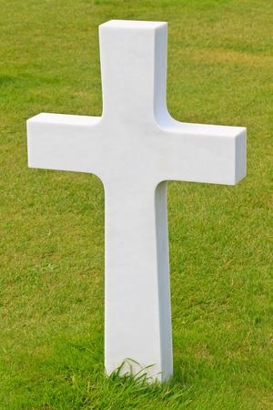 memorial cross: Cruz de mármol del soldado caído, American cementerio de la guerra cerca de la playa de Omaha, en Normandía (Colleville-sur-Mer) Foto de archivo