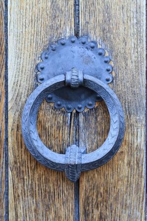 tocar la puerta: Aldaba de la puerta de madera vieja (detalle)